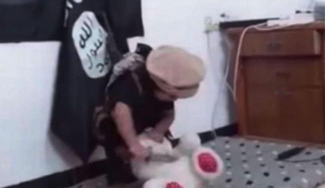 Criança brinca com faca na frente de bandeira do Estado Islâmico - Foto: Reprodução | Youtube