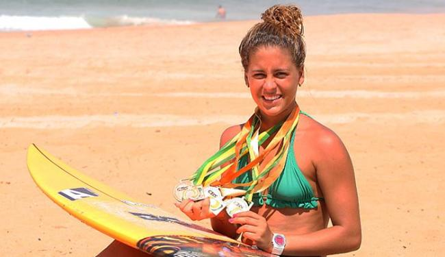 Danielle exibe as medalhas, uma delas de campeã brasileira júnior - Foto: Marco Aurélio Martins l Ag. A TARDE