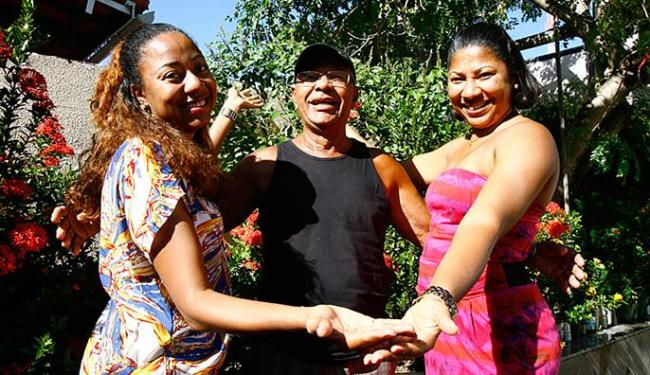 Seu Cleto, com as filhas Cássia e Cátia - Foto: Fernando Amorim l Ag. A TARDE