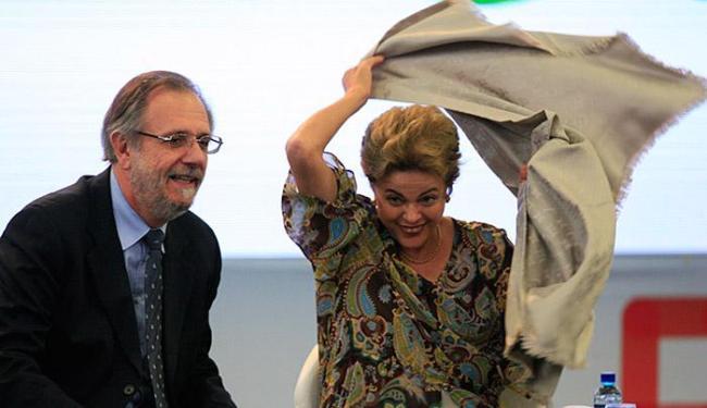 Ao lado do ministro Miguel Rossetto, Dilma destacou a importância da coragem - Foto: Lúcio Távora l Ag. A TARDE