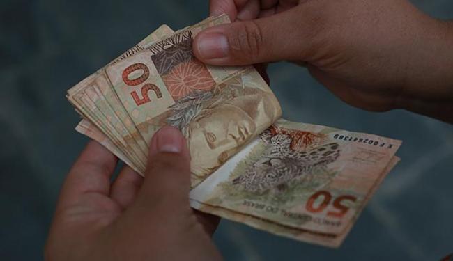 O pagamento no mês de agosto de 50% do abono aos beneficiários não é obrigatório - Foto: Joá Souza | Ag. A TARDE