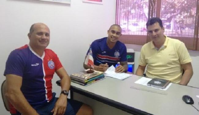 Douglas Pires, Alexandre Faria (de amarelo) e Eduardo Bahia formalizaram a renovação do contrato - Foto: Divulgação   E.C. Bahia