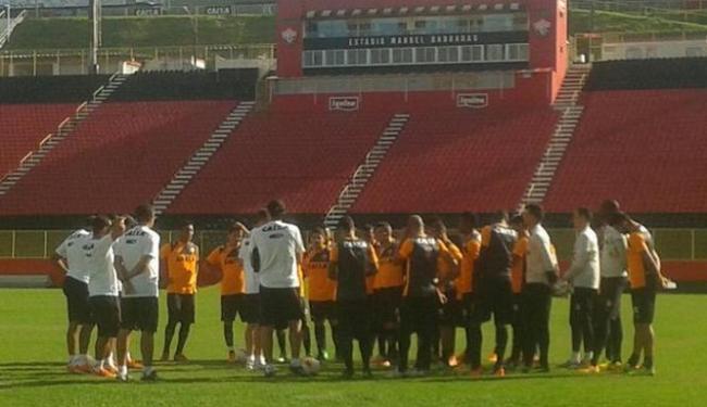 Vagner Mancini conversou com os jogadores antes do treino - Foto: Divulgação   E.C. Vitória