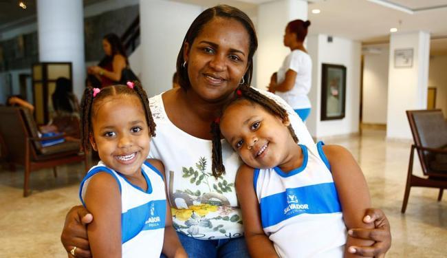 A dona de casa Janice Bispo Conceição acompanhou a apresentação com suas filhas, Júlia e Jade - Foto: Edilson Lima   Ag. A TARDE