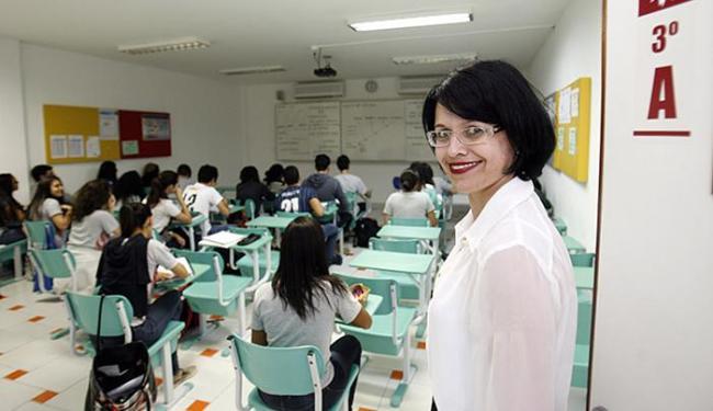 Educadora Patrícia Moldes na sala de aula do 3º ano do Cólégio Helyos: destaque baiano no Enem - Foto: Luiz Tito l Ag. A TARDE