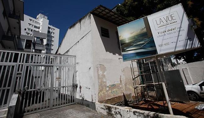 Placa no local do empreendimento destaca privilégios dos futuros moradores da torre - Foto: Raul Spinassé l Ag. A TARDE