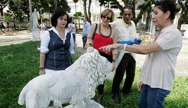 Uma estátua de leão está com a cauda quebrada - Foto: Luciano da Matta l Ag. A TARDE