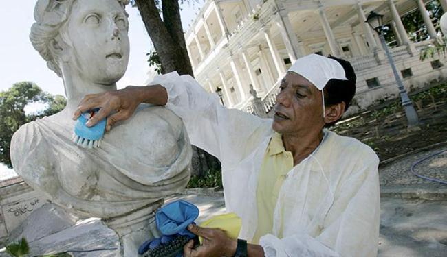 O restaurador Antônio Pereira da Silva trabalha na recuperação de busto e lamenta a ação de vândalos - Foto: Luciano da Matta l Ag. A TARDE