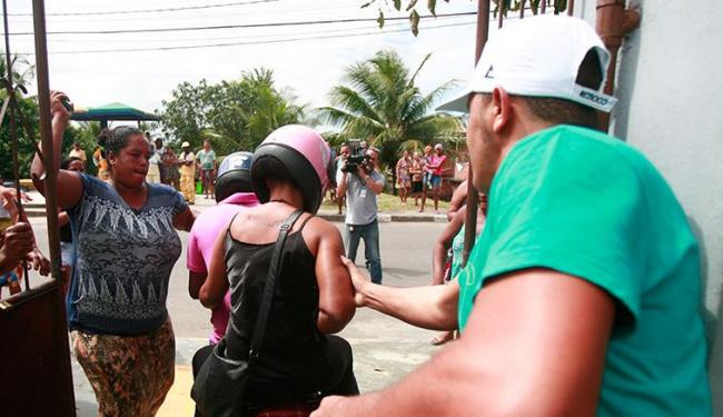 Populares bateram nas costas de Fabiana quando ela saía do cemitério - Foto: Edilson Lima   Ag. A TARDE