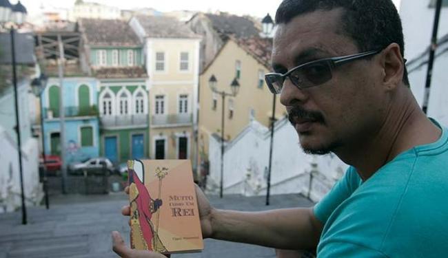 Fábio mostra seu novo trabalho com orgulho - Foto: Fernando Amorim | Ag. A TARDE