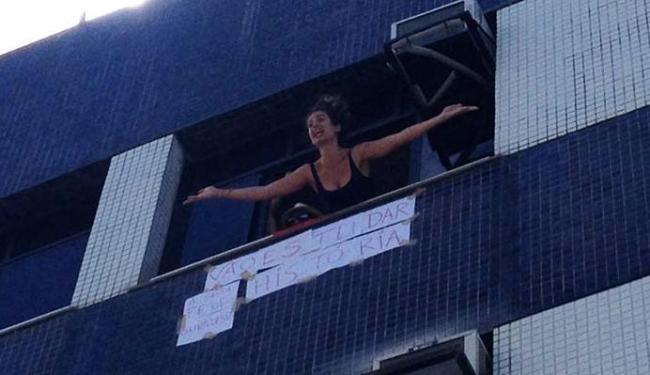 Moradora colocou cartaz na janela e foi vaiada - Foto: Reprodução l Anderson Sotero l A TARDE TV