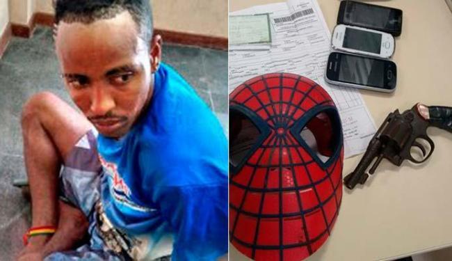 Com George, foram encontrados celulares e uma arma, além da máscara que usava para rouba - Foto: Blog De Olho na Cidade | Feira de Santana