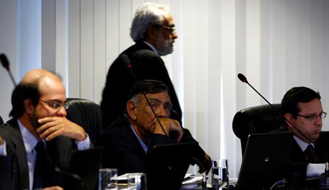 Honorato passou por trás de Lino na sessão do TCE - Foto: Fernando Vivas l Ag. A TARDE