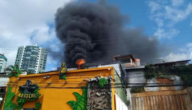Incêndio atingiu a casa de eventos Na Selva, no Caminho das Árvores - Foto: Jefferson Domingos   Ag. A TARDE