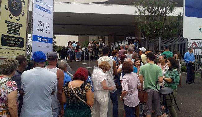 Fãs se aglomeram na fila para garantir ingresso de show - Foto: Davi Lemos | Ag. A TARDE