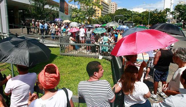 Fãs se aglomeraram em frente ao TCA para conseguir ingressos - Foto: Fernando Amorim | Ag. A TARDE