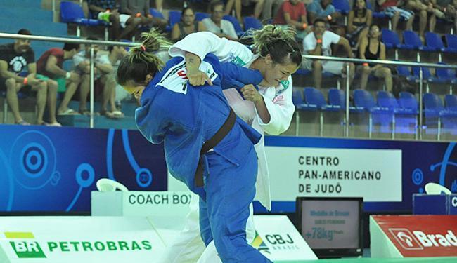 Isadora Pereira (branco) bate Beatriz Oliveira na final até 78 kg - Foto: Lara Monsores l CBJ lDivulgação