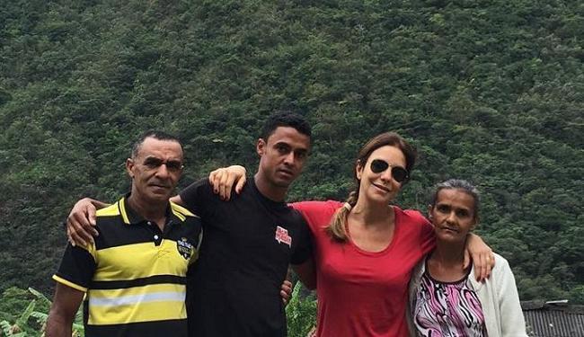 Ivete tirou foto com a família do guia Max (de preto), formada por dona Leuza e Seu Joia - Foto: Reprodução | Facebook | Ivete Sangalo