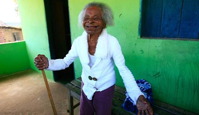 Apesar da idade, dona Izaura sorri canta e se aventura a dançar - Foto: Mila Cordeiro l Ag. A TARDE