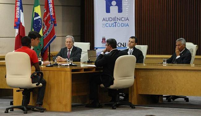 O suspeito Jair Pereira dos Santos foi apresentado na audiência e teve prisão relaxada - Foto: Marco Aurélio Martins l Ag. A TARDE