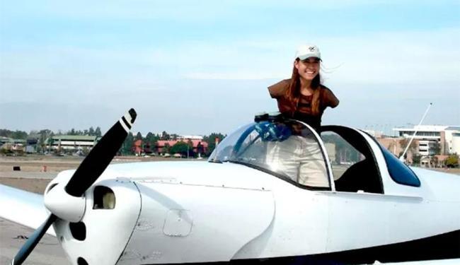 Sem braços, Jessica pilota com os pés - Foto: Reprodução   Facebook