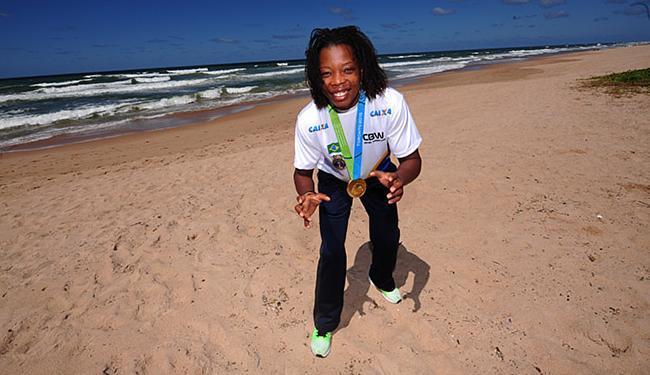 Joice conhece a praia de Ipitanga, onde exibe a sua medalha - Foto: Marcelo Reis l Setre l Divulgação