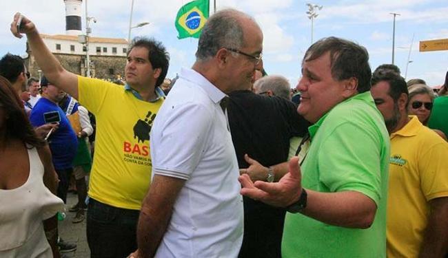 O deputado federal José Carlos Aleluia (DEM) e o ex-ministro Geddel Vieira Lima no protesto na Barra - Foto: Lúcio Távora | Ag. A TARDE