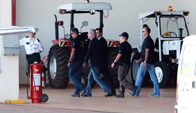 José Dirceu é escoltado por policiais federais até o avião que o levou para Curitiba - Foto: Folhapress