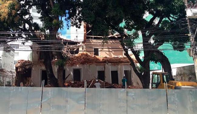 Demolição do casarão teve início na manhã desta quinta-feira, 13 - Foto: Anderson Sotero | Ag. A TARDE