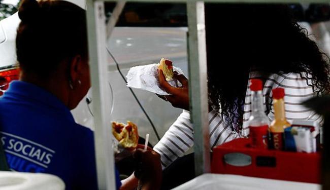 A substituição de refeições por lanches rápidos é apontada como um problema - Foto: Mila Cordeiro l Ag. A TARDE l 26.06.2015
