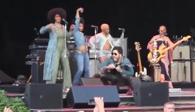 Lenny Kravitz caminhava de um lado para outro e tocava guitarra empolgado quando a calça rasgou - Foto: Reprodução | Youtube