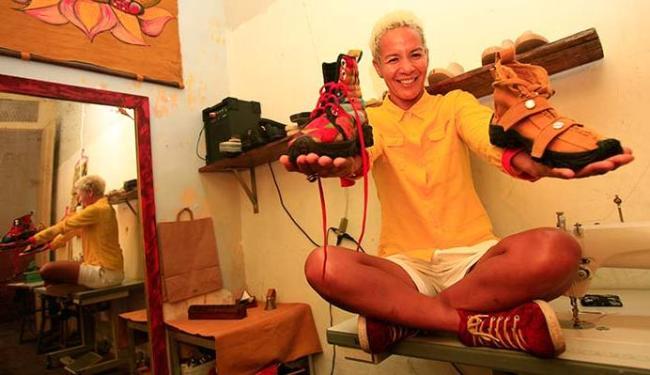 Designer baiana Lu Pires criou a Amarelo e faz sapatos artesanais - Foto: Mila Cordeiro | Ag. A TARDE