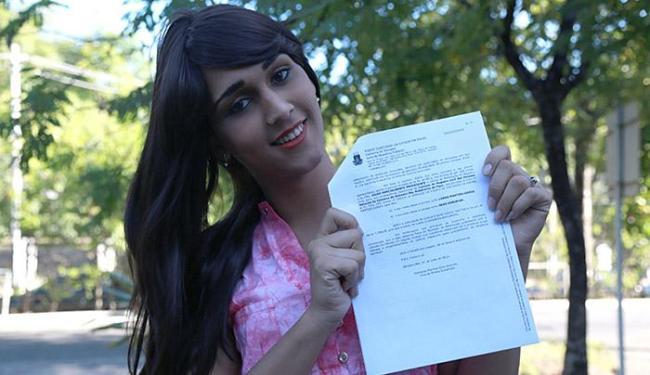 Feliz, Luana mostra a sentença judicial que lhe garante novo nome e gênero - Foto: Adilton Venegeroles | Ag. A TARDE