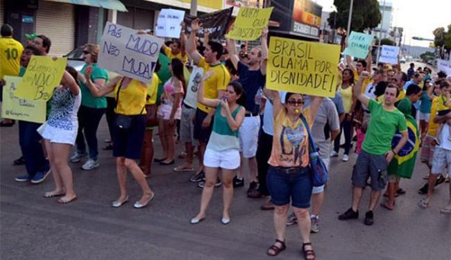 Manifestantes invadiram a pista da BR-242, que corta a cidade - Foto: Divlgação l Rádio Barreiras