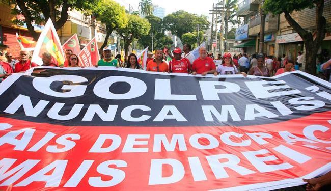 Manifestantes alegam que defendem a democracia - Foto: Lúcio Távora | Ag. A TARDE