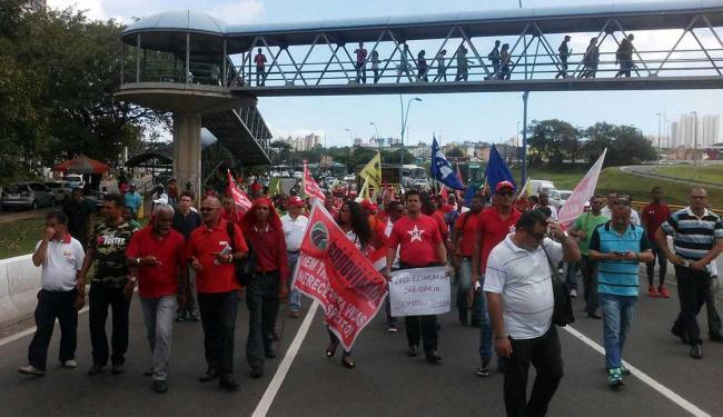 Manifestantes ocuparam todas as faixas da via, congestionando o trânsito - Foto: Jefferson Domingos | Ag. A TARDE