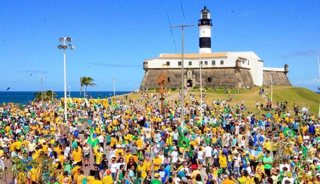 Manifestantes fazem protesto contra o governo no Farol da Barra - Foto: Lúcio Távora | Ag. A TARDE