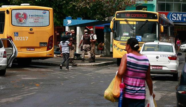 Polícia Militar reforçou segurança e ônibus voltaram a circular pelo bairro - Foto: Edilson Lima | Ag. A TARDE
