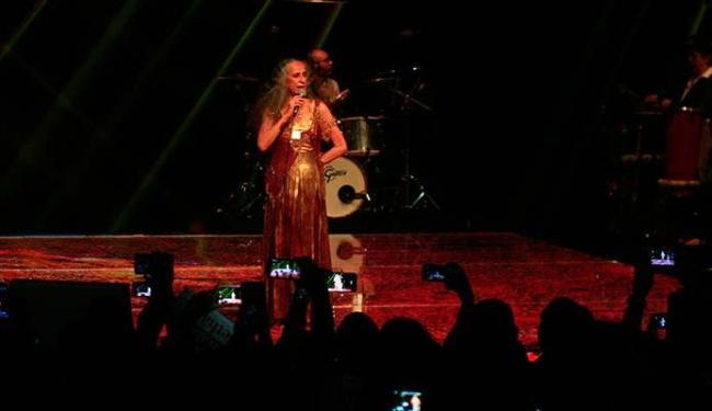 Público sacou os smartphones para gravar e poder relembrar os momentos do show da cantora - Foto: Mila Cordeiro | Ag. A TARDE