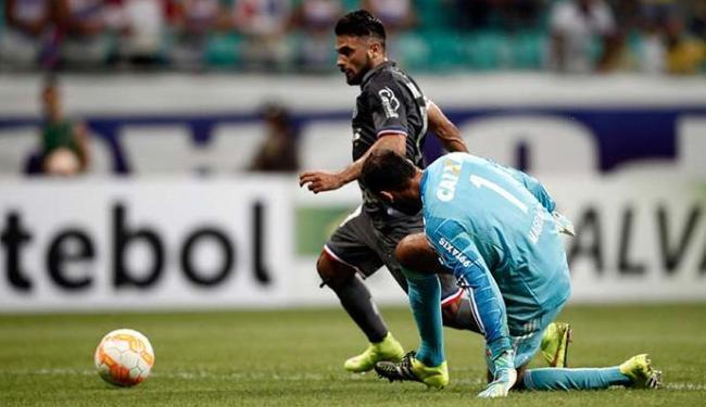 Maxi driblou o goleiro e tocou para o fundo da rede - Foto: Raul Spinassé | Ag. A TARDE