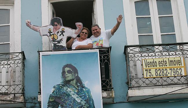 Os cearenses Joserice e Marilac Rocha, fãs do astro, posam na sacada do casarão - Foto: Margarida Neide l Ag. A TARDE