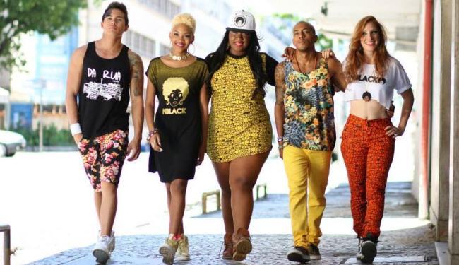 Cor, irreverência e atitude: neste tripé se sustenta a moda adotada no gueto - Foto: Divulgação