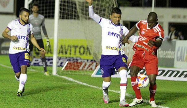 Kieza, autor do gol tricolor, disputa bola com Magal - Foto: Léo Santos l Futura Press l Estadão Conteúdo