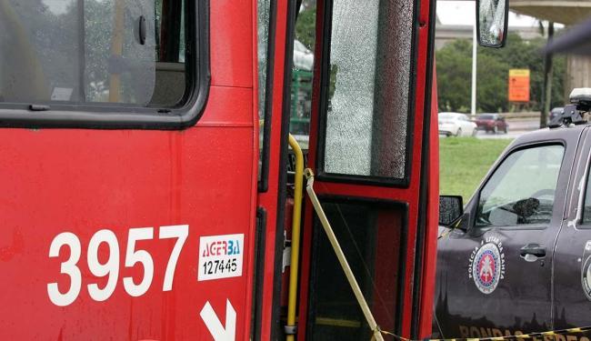 Após ser baleado, um dos corpos caiu na escada de acesso ao ônibus - Foto: Luciano da Matta | Ag. A TARDE