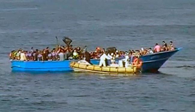 A marinha italiana realiza o resgate das vítimas - Foto: Reprodução | Twitter | ItalianNavy