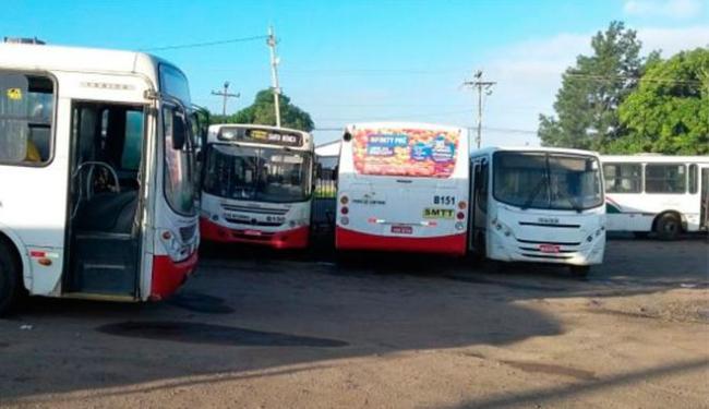 Ônibus estão parados nas garagens das empresas desde domingo - Foto: Reprodução   Site Acorda Cidade