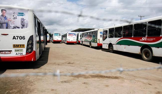 Ônibus estão parados desde o último domingo, 16 - Foto: Luiz Tito | Ag. A TARDE