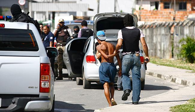 Até a noite desta sexta-feira, pelo menos 13 pessoas tinham sido detidas para averiguação - Foto: Edilson Lima l Ag. A TARDE