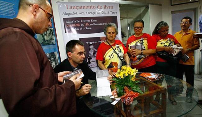 Padre Etienne Kern autografou o livro sobre Alagados - Foto: Margarida Neide l Ag. A TARDE