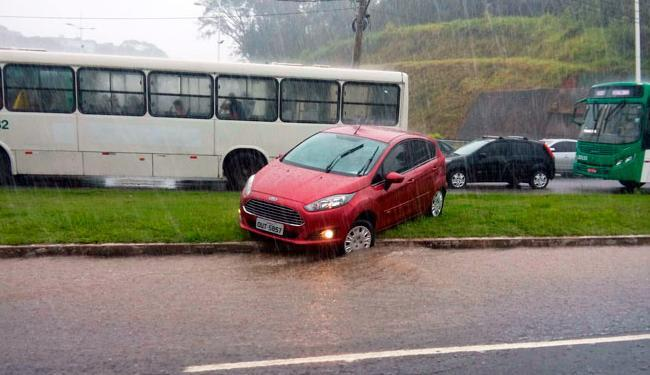 Motoristas buscavam alternativa para fugir do alagamento na avenida Paralela - Foto: Thiago Conceição | Ag. A TARDE